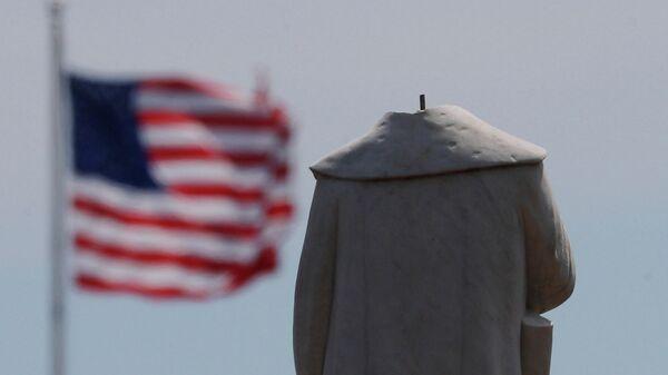Памятник первооткрывателю Америки Христофору Колумбу в Бостоне, обезглавленный во время протестов