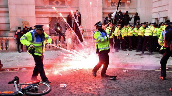 Сотрудники полиции во время столкновений с участниками акции протеста против полицейского насилия в Лондоне