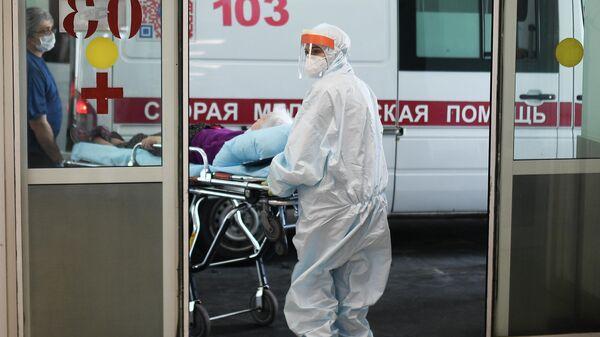 Врачи скорой помощи везут пациента в приемное отделение городской клинической больницы