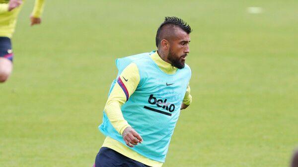 Чилийский полузащитник Барселоны Артуро Видаль на тренировке