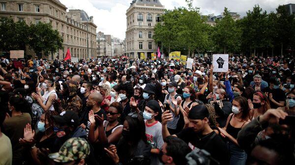 Участники акции протеста против произвола полиции в Париже. 13 июня 2020