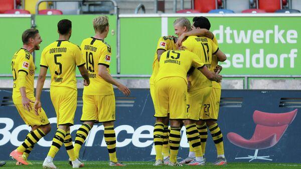 Футболисты дортмундской Боруссии поздравляют Эрлинга Холанда с забитым мячом
