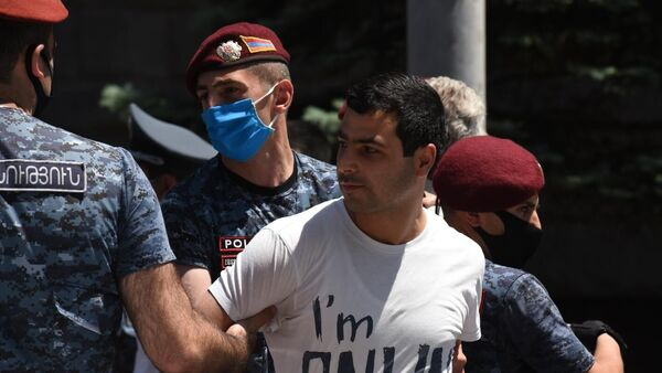 Сотрудники полиции задерживают участника акции в поддержку главы оппозиционной парламентской фракции Процветающая Армения предпринимателя Гагика Царукяна у здания Службы национальной безопасности в Ереване