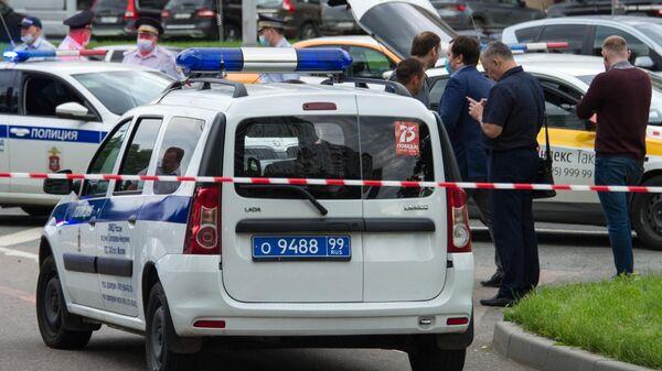 Сотрудники полиции и следственного комитета на месте стрельбы на Ленинском проспекте