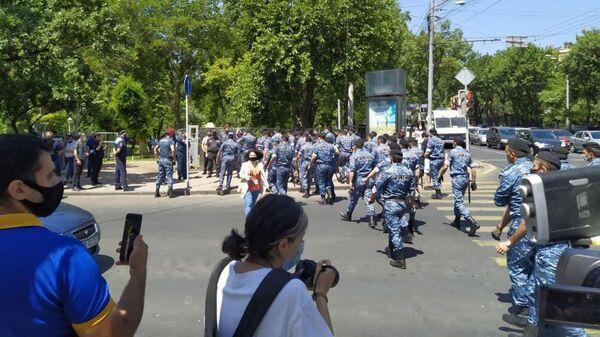 Сотрудники правоохранительных органов возле парламента Армении в Ереване