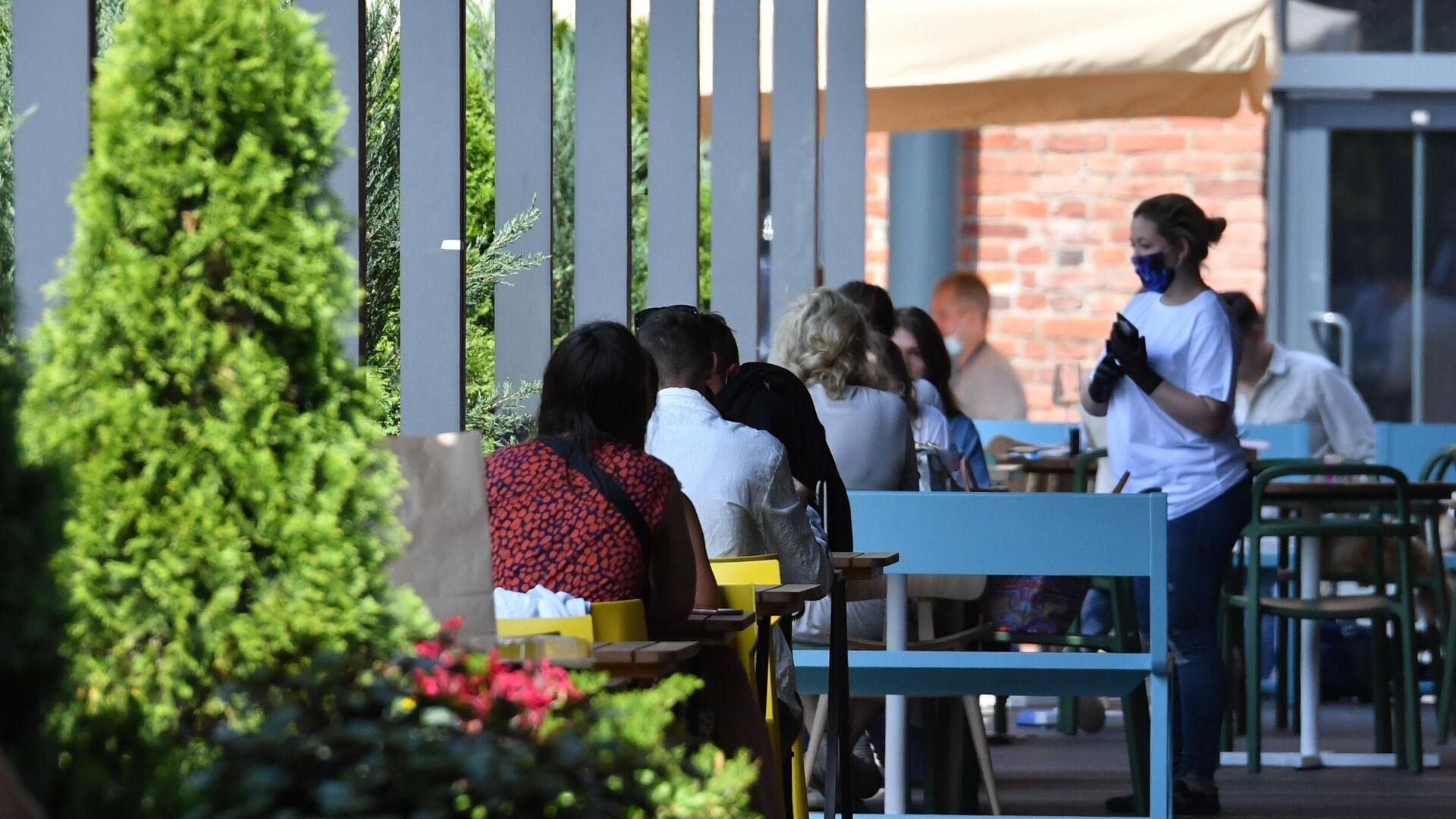 Посетители на летней веранде, расположенной на территории фудмолла Депо. Москва - РИА Новости, 1920, 12.06.2021