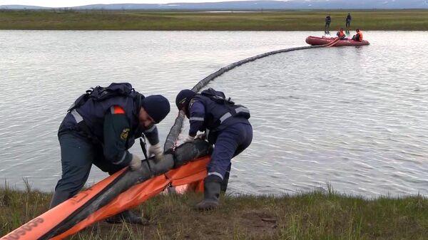 Сотрудники МЧС РФ во время ликвидации последствий разлива нефтепродуктов из резервуара ТЭЦ-3 под Норильском. Стоп-кадр видео