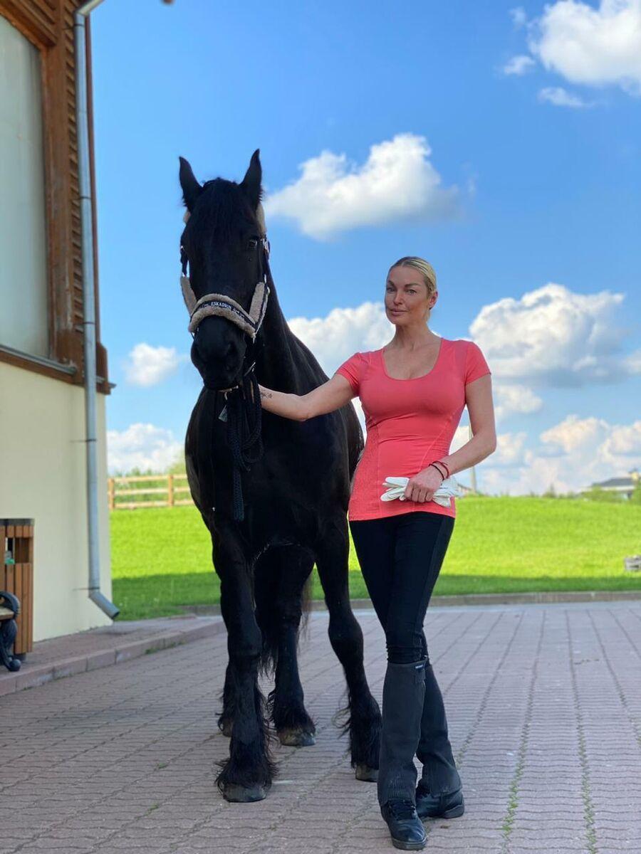 Анастасия Волочкова в конном клубе Новый век