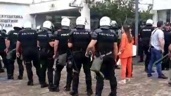 Полиция Черногории у здания муниципалитета Будва. Стоп-кадр трансляции