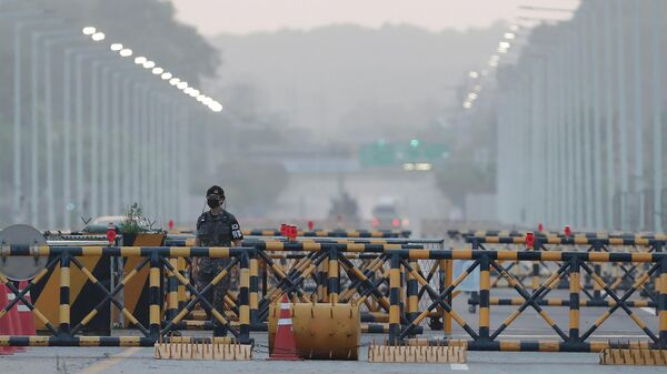 Солдат южнокорейской армии в демилитаризованной зоне в Паджу,