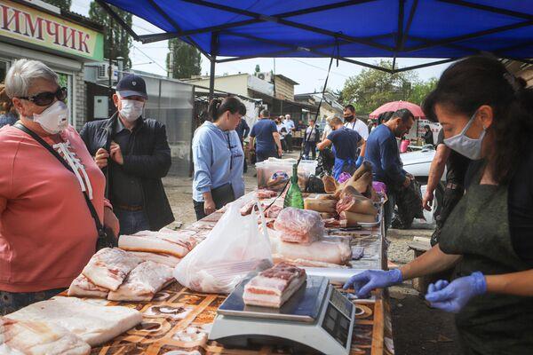 Продажа мяса на ярмарке выходного дня Покупай ставропольское в Кисловодске
