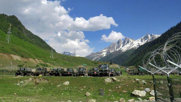 Индийские военные во временном транзитном лагере перед отправлением в Ладакх