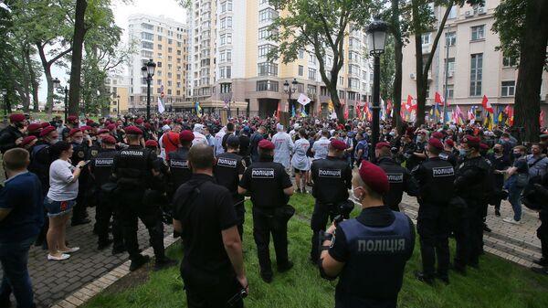 Участники митинга Немой президент - не мой президент! в Киеве