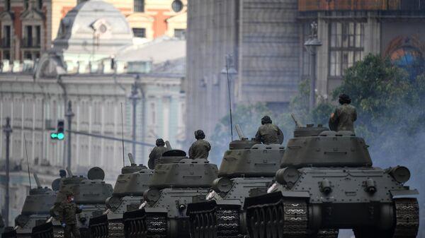 Танки-Т-34 во время прохода по Тверской улице перед началом ночной репетиции парада Победы в Москве