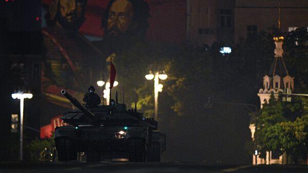 Танк Т-72Б3 на Моховой улице во время ночной репетиции парада в честь 75-летия Победы в Великой Отечественной войне в Москве