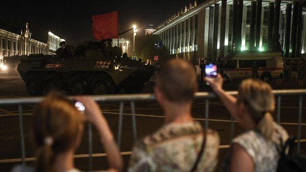 Жители Москвы фотографируют военную технику на Моховой улице время ночной репетиции парада в честь 75-летия Победы в Великой Отечественной войне в Москве