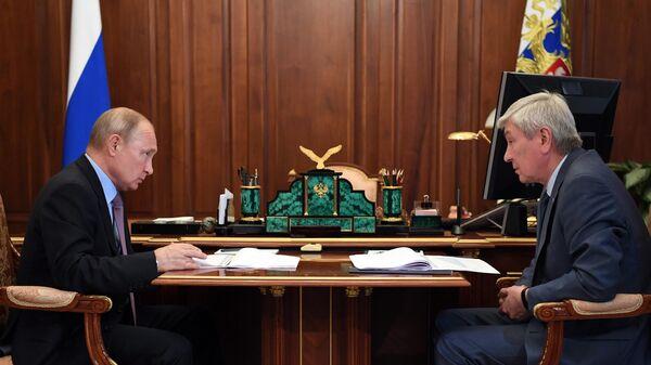 Президент РФ Владимир Путин и директор Федеральной службы по финансовому мониторингу Юрий Чиханчин во время встречи