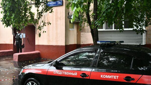 Машина следственного комитета у подъезда дома на севере Москвы, где мужчина открыл стрельбу