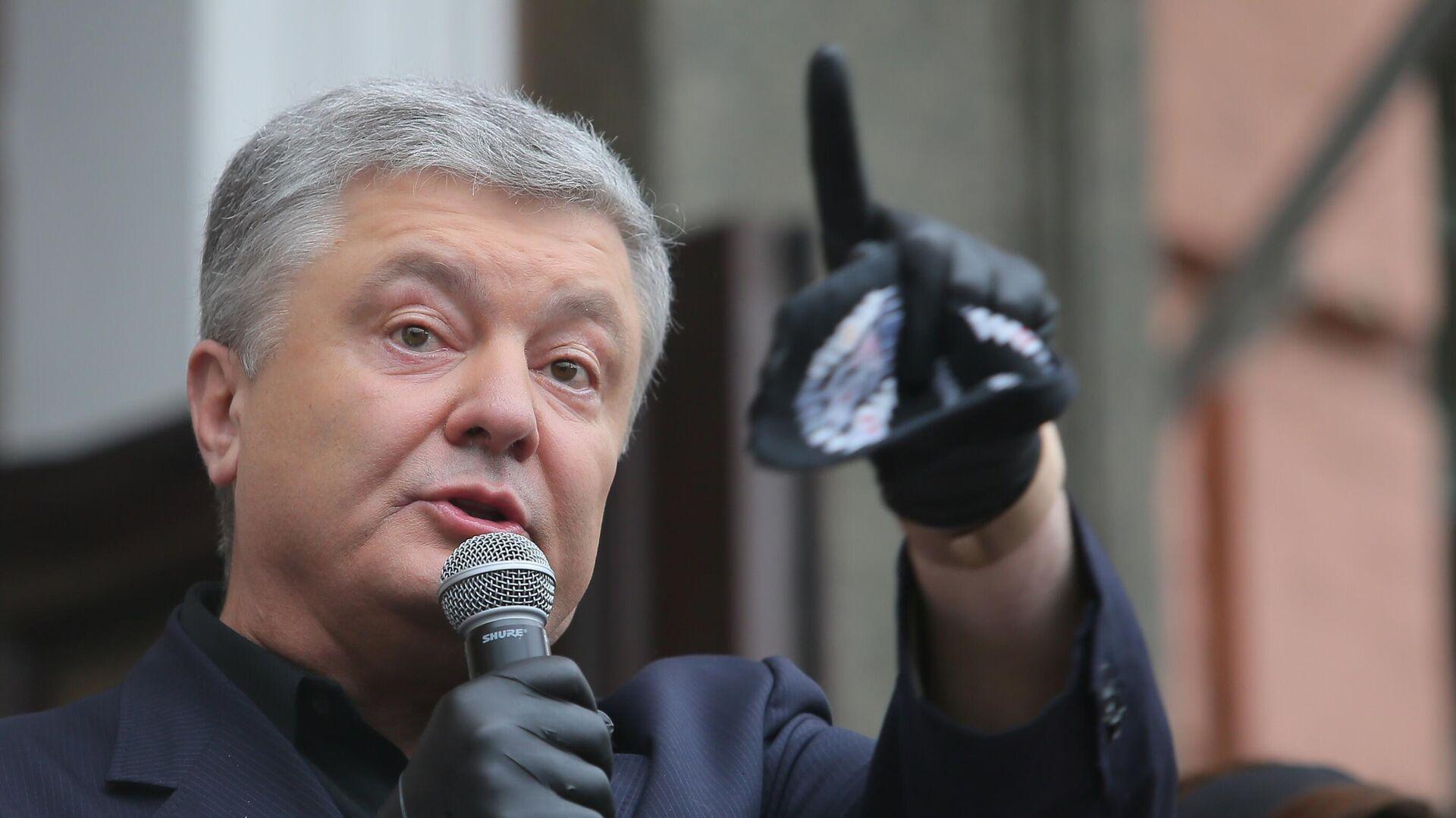 Петр Порошенко выступает у здания Печорского районного суда - РИА Новости, 1920, 01.03.2021