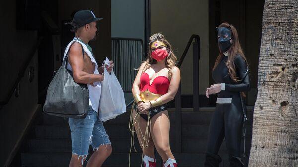 Уличные артисты в костюмах персонажей из комиксов на Голливудском бульваре