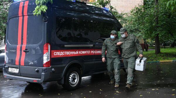 Сотрудники следственного комитета у жилого дома на севере Москвы, где мужчина открыл стрельбу