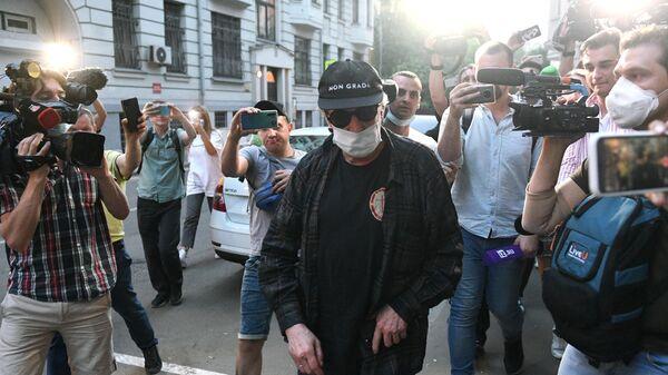 Актер Михаил Ефремов во время возвращения после допроса по делу о ДТП в квартиру, где он отбывает домашний арест
