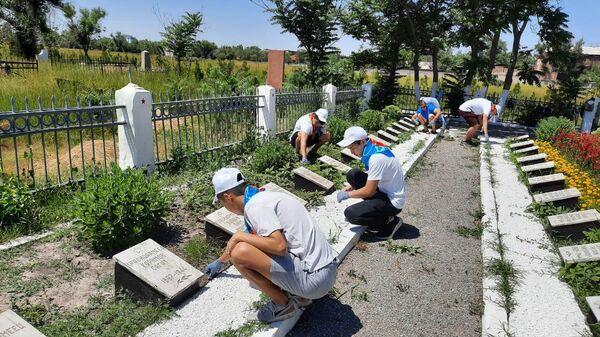 Волонтеры Победы собирают мусор на могилах ветеранов Великой Отечественной войны