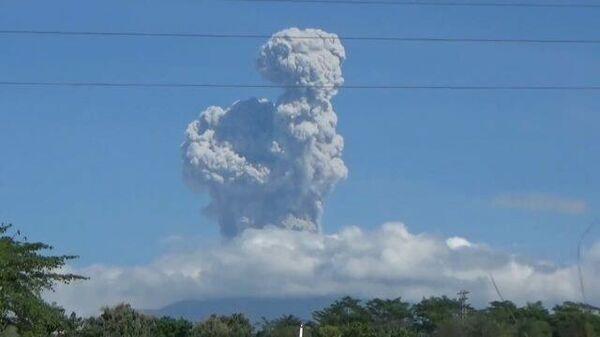 Мерапи проснулся: дым и пепел острова Ява