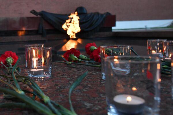 Свечи и цветы у Вечного огня во время проведения акции Вахта памяти. Вечный огонь в Александровском саду в Москве