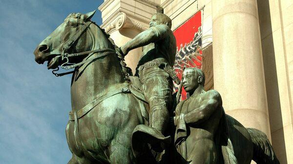 Памятник Теодору Рузвельту у входа в Американский музей естественной истории в Нью-Йорке