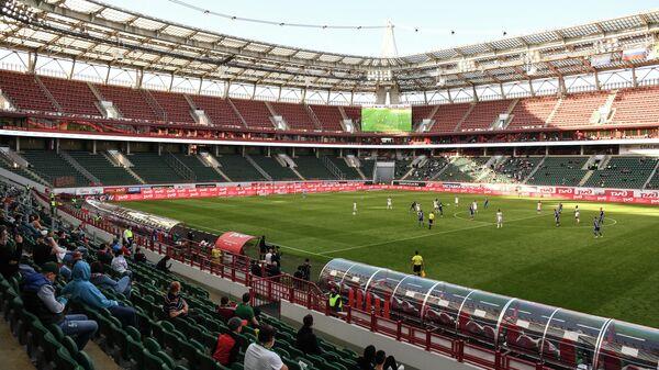 Футболисты Локомотиваи Оренбурга на поле