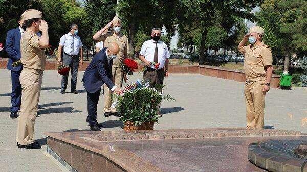 Дипломаты посольства России в Узбекистане во время возложения цветов к Вечному огню на мемориале Братские могилы в Ташкенте