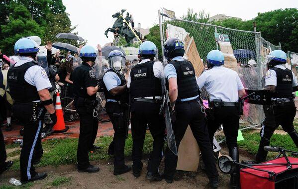 Столкновение полицейских с протестующими возле Белого дома на площади Лафайетт, Вашингтон