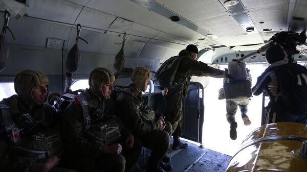 Военнослужащие соединения специального назначения  во время отработки десантирования