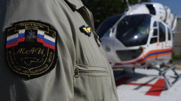 Шеврон на форме пилота легкого многоцелевого вертолета Eurocopter EC145 санитарной авиации Московского авиацентра на площадке городской клинической больницы имени С. С. Юдина в Москве