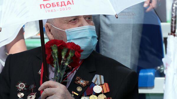 Ветеран Великой Отечественной войны на трибуне во время военного парада в честь 75-летия Победы