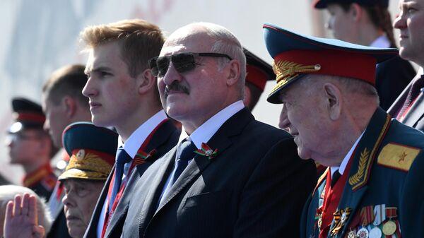 Песков опроверг сообщения об отъезде Лукашенко сразу после парада