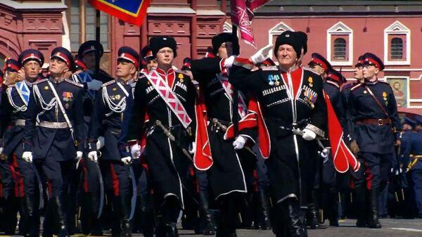 Знаменная группа Кубанского казачьего войска проносит войсковое знамя, врученное президентом России