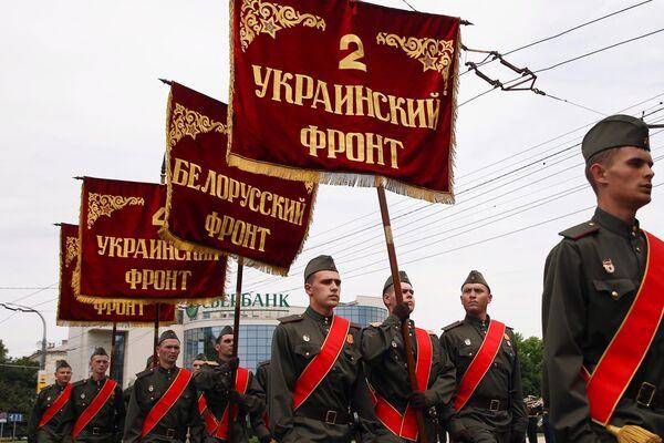 Военнослужащие парадных расчетов на военном параде в ознаменование 75-летия Победы в Великой Отечественной войне 1941-1945 годов в Новороссийске