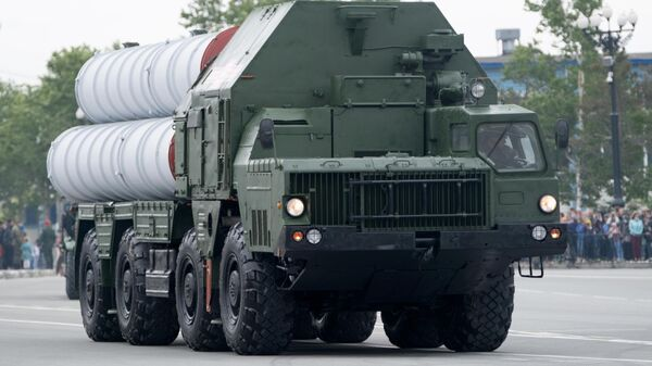 Зенитная ракетная система С-400 во время военного парада в ознаменование 75-летия Победы в Великой Отечественной войне 1941-1945 годов в Южно-Сахалинске