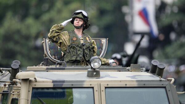 Военнослужащий во время во время военного парада в ознаменование 75-летия Победы в Великой Отечественной войне 1941-1945 годов в Севастополе
