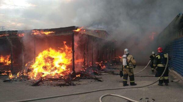 Сотрудники МЧС во время ликвидации пожара в Махачкале, Дагестан