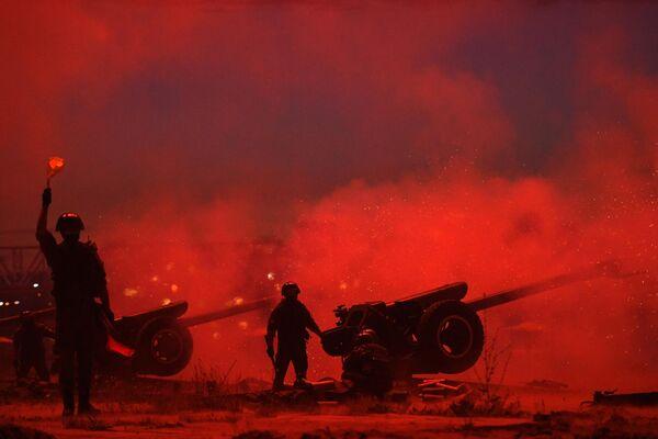 Залп артиллерийского салюта на берегу реки Оби в Новосибирске в ознаменование 75-летия Победы в Великой Отечественной войне 1941-1945 годов