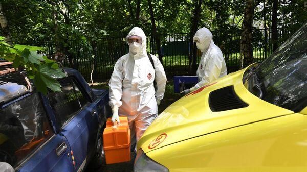 Фельдшеры скорой медицинской помощи подстанции № 34 в Москве во время выезда к пациенту с подозрением на коронавирус