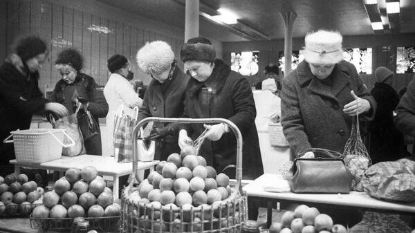 Покупатели в магазине Овощи-фрукты, расположенном на улице Кирова.