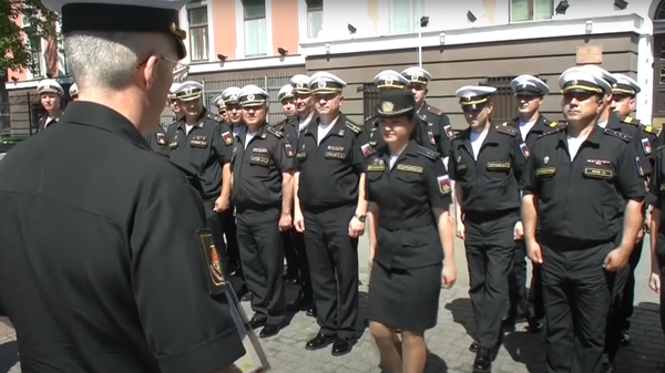 Появилось видео награждения потерявшей туфлю участницы парада в Калининграде