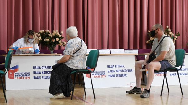 Жители на избирательном участке в Москве, где проходит голосование по вопросу принятия поправок в Конституцию РФ