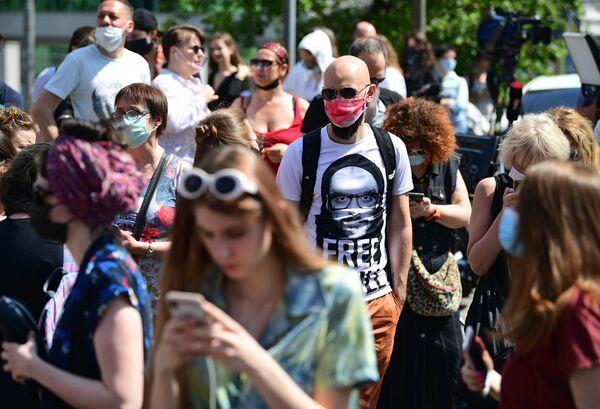 Люди перед зданием Мещанского суда в Москве, где будет оглашается приговор по делу Седьмой студии