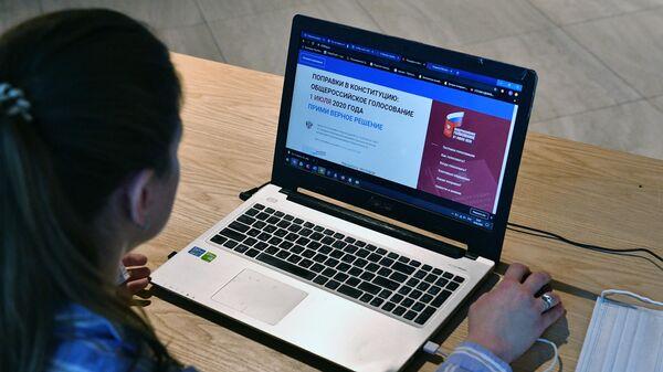 В территориальной избирательной комиссии в Москве, где проходит тестирование системы электронного голосования по внесению поправок в Конституцию РФ