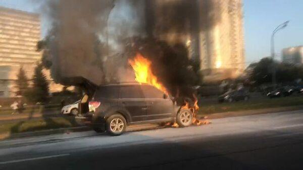 Кадры горящего автомобиля на проспекте Вернадского в Москве